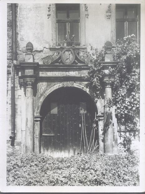 1. Pałac wzniesiony w 1700 roku przez hr. Alberta Leopolda Paczyńskiego